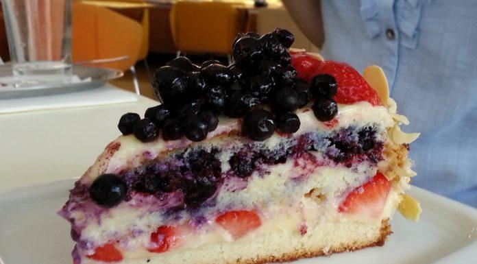 Plato: borovničeva torta