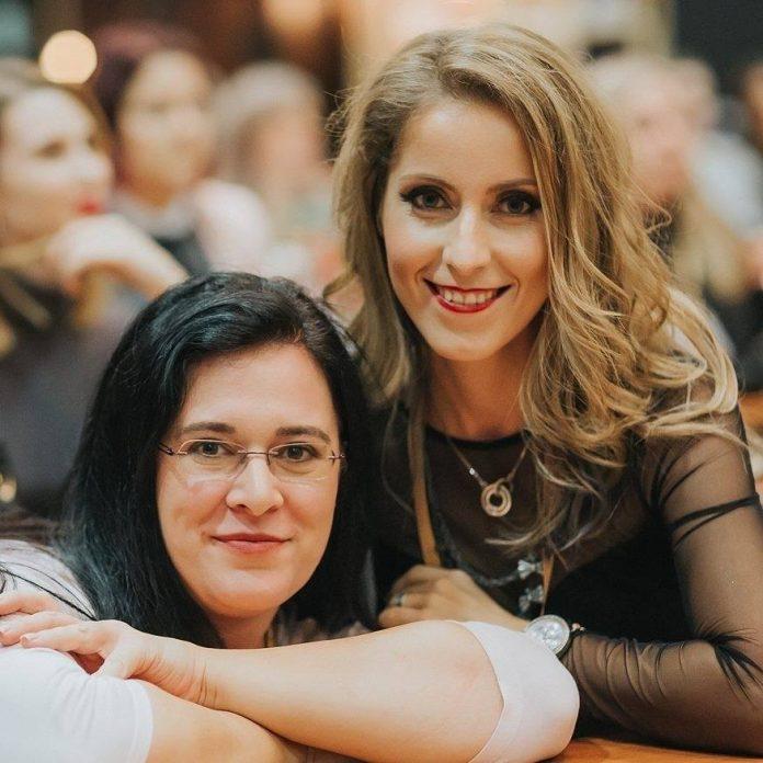 Avtorici Parokeets bloga, Gabi(Gejba) in Maja(Maestra)